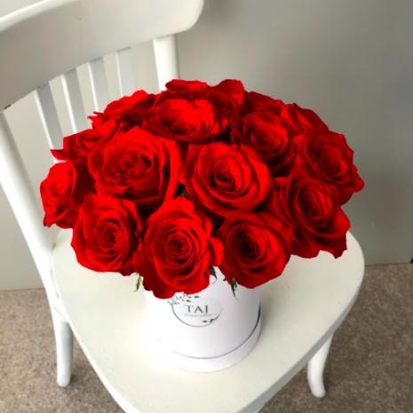 cutii trandafiri rosii livrare